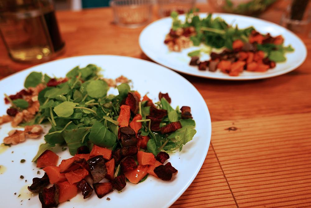 Starter - Zucca e barbabietola con mirtillo e noci su un'insalata di crescione di herby