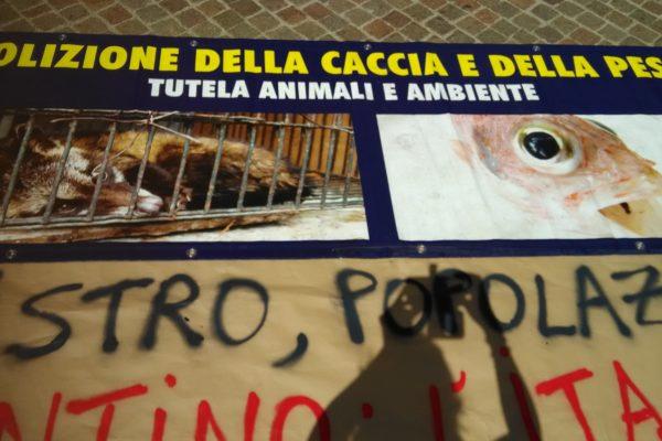 P 20180815 141219 600x400 - Pinzolo (TN) 15  agosto 2018 - Politica Assassina - Manifestazione di protesta contro la legge abbatti orsi e lupi - news-