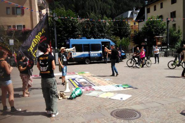 P 20180815 141650 600x400 - Pinzolo (TN) 15 agosto 2018 - Politica Assassina - Manifestazione di protesta contro la legge abbatti orsi e lupi - news-