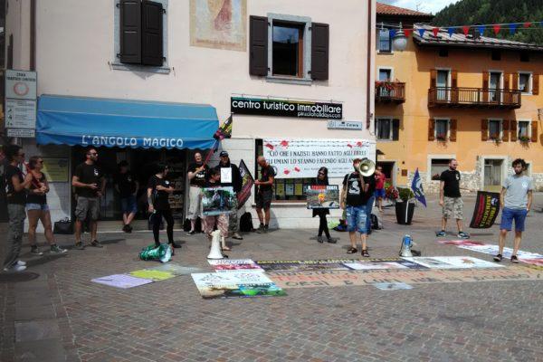 P 20180815 141832 600x400 - Pinzolo (TN) 15 agosto 2018 - Politica Assassina - Manifestazione di protesta contro la legge abbatti orsi e lupi - news-