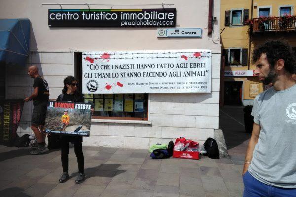 P 20180815 141850 600x400 - Pinzolo (TN) 15 agosto 2018 - Politica Assassina - Manifestazione di protesta contro la legge abbatti orsi e lupi - news-