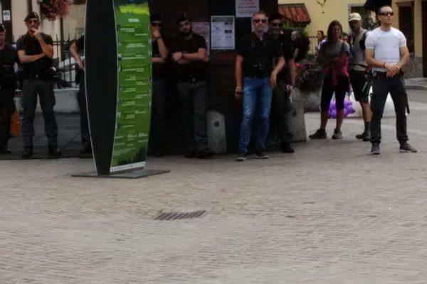 P 20180815 143947 600x400 - Pinzolo (TN) 15 agosto 2018 - Politica Assassina - Manifestazione di protesta contro la legge abbatti orsi e lupi - news-