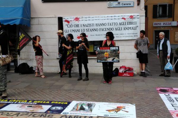 P 20180815 144409 600x400 - Pinzolo (TN) 15 agosto 2018 - Politica Assassina - Manifestazione di protesta contro la legge abbatti orsi e lupi - news-