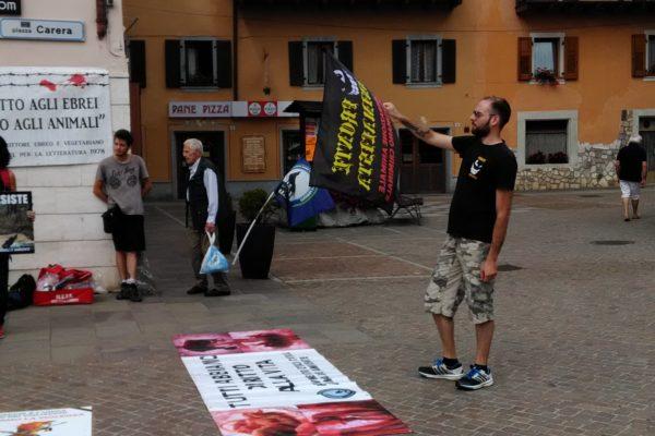 P 20180815 144413 600x400 - Pinzolo (TN) 15 agosto 2018 - Politica Assassina - Manifestazione di protesta contro la legge abbatti orsi e lupi - news-