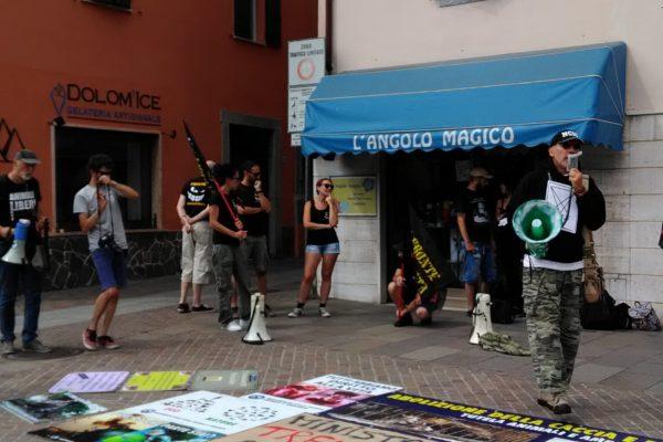 P 20180815 144420 600x400 - Pinzolo (TN) 15  agosto 2018 - Politica Assassina - Manifestazione di protesta contro la legge abbatti orsi e lupi - news-