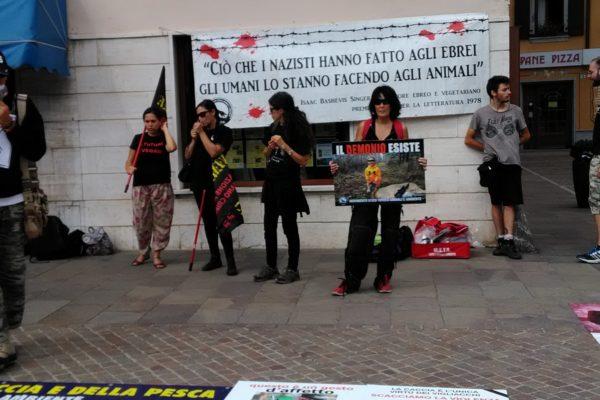 P 20180815 144428 600x400 - Pinzolo (TN) 15  agosto 2018 - Politica Assassina - Manifestazione di protesta contro la legge abbatti orsi e lupi - news-