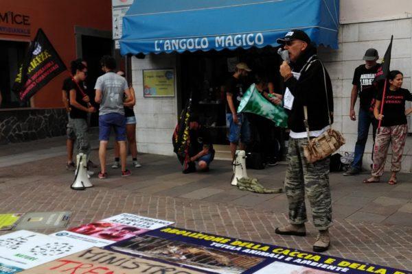 P 20180815 144438 600x400 - Pinzolo (TN) 15 agosto 2018 - Politica Assassina - Manifestazione di protesta contro la legge abbatti orsi e lupi - news-