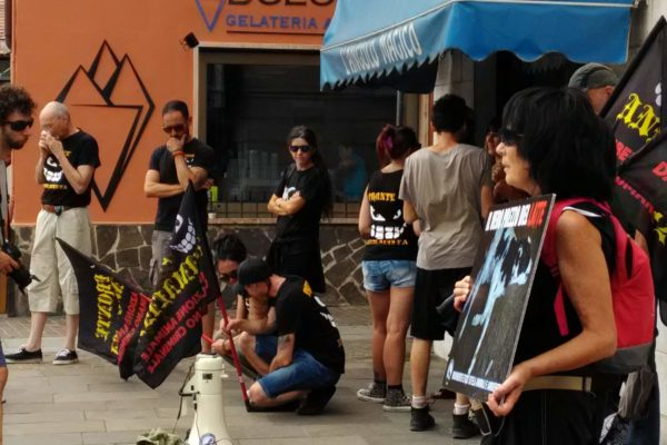P 20180815 144617 600x400 - Pinzolo (TN) 15  agosto 2018 - Politica Assassina - Manifestazione di protesta contro la legge abbatti orsi e lupi - news-
