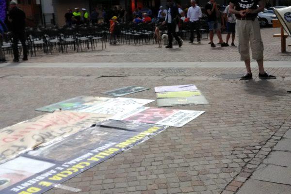 P 20180815 154853 600x400 - Pinzolo (TN) 15 agosto 2018 - Politica Assassina - Manifestazione di protesta contro la legge abbatti orsi e lupi - news-