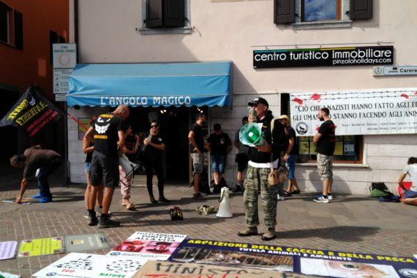 P 20180815 155410 600x400 - Pinzolo (TN) 15 agosto 2018 - Politica Assassina - Manifestazione di protesta contro la legge abbatti orsi e lupi - news-