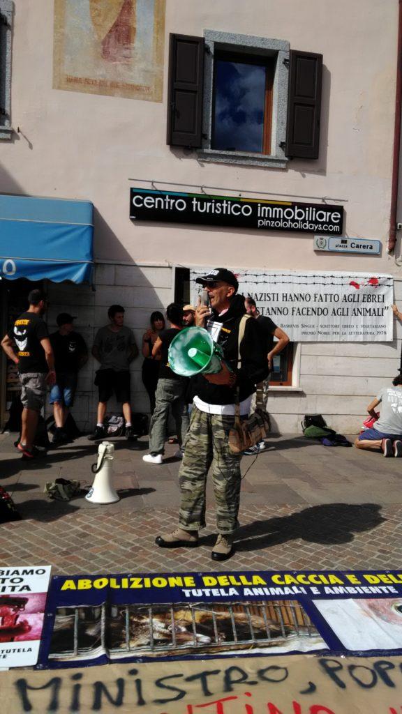 P 20180815 155418 576x1024 - Pinzolo (TN) 15  agosto 2018 - Politica Assassina - Manifestazione di protesta contro la legge abbatti orsi e lupi