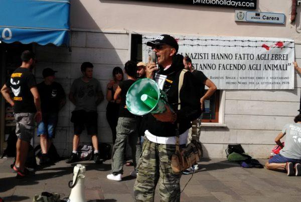 P 20180815 155418 600x403 - Pinzolo (TN) 15  agosto 2018 - Politica Assassina - Manifestazione di protesta contro la legge abbatti orsi e lupi