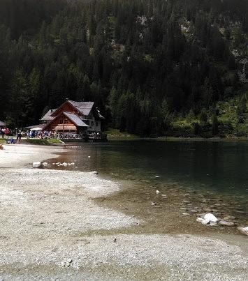 rifugio nambino 355x403 - Val Nambino e il suo rifugio sulla riva del lago